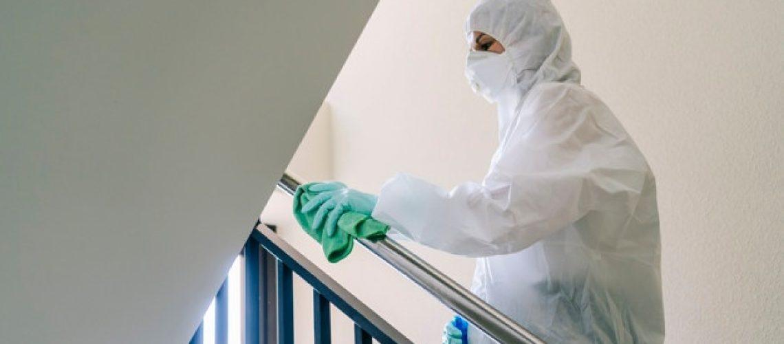 persona-protegida-ropa-seguridad-contra-pandemia-o-virus-limpia-desinfecta-portal-casa_89411-594